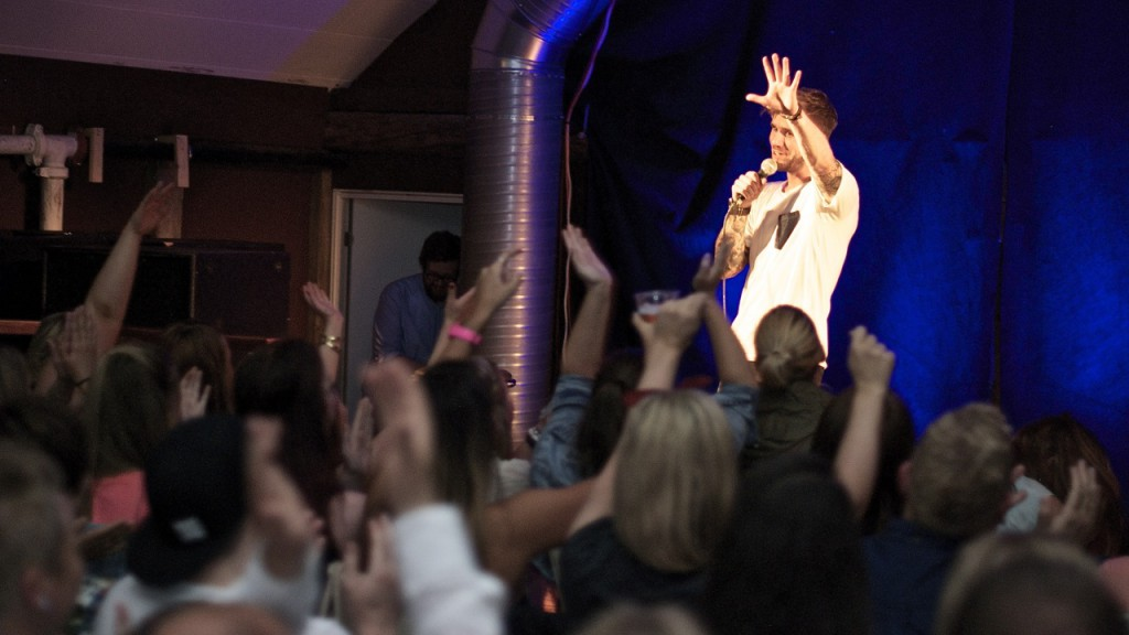 GODT MOTTEKE: Stian Blipp fekk god respons frå publikum på Den Gamle Nabo i Ulsteinvik. Foto: Åge André Breivik, Skjemtegaukfestivalen